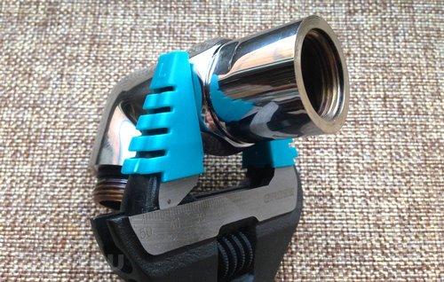 Разводной ключ с пластиковыми накладками