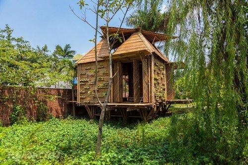 Маленький красивый домик из бамбука