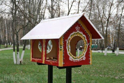 Домики и кормушки для птиц на участке