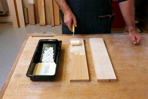 Нанесение клея на деревянные детали валиком