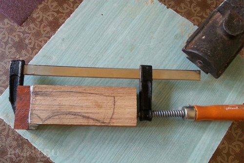 Склеивание деревянных деталей с помощью струбцины