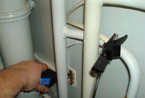 Напряжение на водопроводных трубах