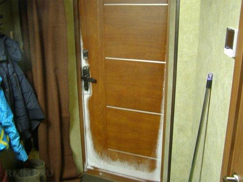Почему потеет и промерзает входная дверь — что делать
