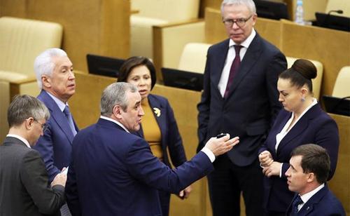 Депутаты Госдумы, отобрав пенсии у россиян, своих надбавок не отдадут