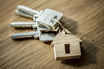 При предоставлении служащим жилья необходимо соблюдать баланс частных и публичных интересов
