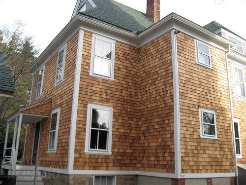 Дом, облицованный деревянной дранкой