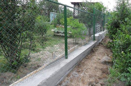 Забор из рабицы на бетонном фундаменте