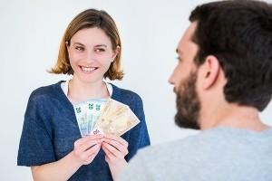 Что делать, если молодой человек просит деньги в долг?